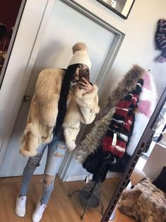Beautiful fur coat ideal for the winter season. Avoid the cold with style! High and ideal winter coat for the season. Avoid the cold in style! Fox Coat, Natural Beauty Tips, Fox Fur, Beauty Hacks, Classy, Trending Outfits, Beautiful, Jackets, Style