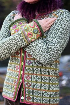 Herlig strikkejakke med nostalgisk hippietouch - derav navnet. Modellen er innsvinget med mange fine detaljer som paljetter, enkle broderier, perlemorsknapper i grønt og rosa nederst på ermene. Pattern in English and Dutch. Photo: Sidsel J. Høivik