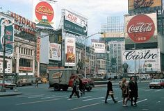 Here below is a different look about New York City in the a New York that you might never seen before through these found photos. New York City Photos, New York Pictures, Old Pictures, Union Square, Vintage New York, Urban Life, New York Street, Coca Cola, Times Square