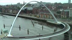 Timelapse of Gateshead Millennium Bridge para pedestres e ciclistas em Newcastle, UK
