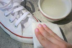Mit Nagellack-Entferner wird die Gummisohle wieder weiß