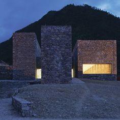 Amoureux de la noblesse de l'expression et de la texture des matériaux simples et traditionnels, les architectes du studio standardarchitecture ont livré, aux portes du Tibet, un centre dédié aux touristes. Incrusté à la topographie du lieu, le ...