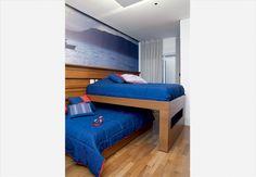 No quarto de dois irmãos, as camas ficam sobrepostas na perpendicular e correm para lados opostos em rodízios no chão e embutidos na parede. Assim, sobra mais espaço durante o dia e o ambiente só é inteiramente ocupado na hora de dormir.