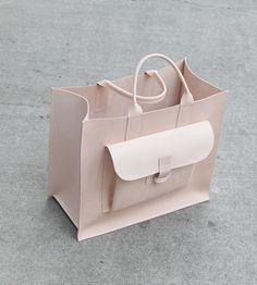 "· Loving this perfect ""Alder & Co"" large natural sac. · Nos encanta el large Natural sac de ""Alder & Co"""