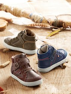 Unos botines a la última de piel con cordones estilo zapatillas de caña alta, muy fáciles de calzar gracias a su cierre por cremallera lateral.    CO