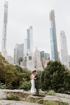 They had first date at a famous burger restaurant in NYC. A few years later they decided to elope in Central Park and head back to where they first met. Wedding News, New York Wedding, City Wedding Venues, Wedding Locations, Destination Wedding, Ny Life, Dream Life, Central Park Weddings, New York City Photos
