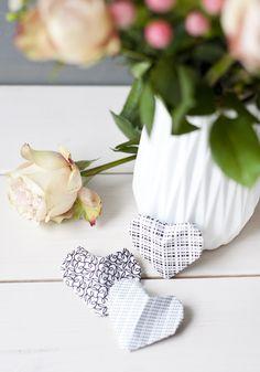 Papierherzen und Rosen