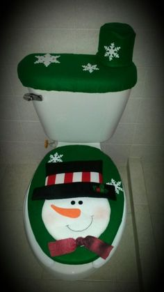 Decoración de baño en verde con motivo de Frosty, perfecta para esta Navidad Christmas Bathroom, Christmas Door, Christmas Stockings, Christmas Crafts, Christmas Decorations, Xmas, Christmas Ornaments, Holiday Decor, Pinecone Ornaments