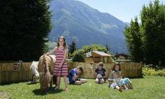 Streichelzoo im Garten für die Kinder im Hotel Oberforsthof im Salzburger Land Österreich. Das Alpendorf - ein Paradis für Kinder und Erwachsene