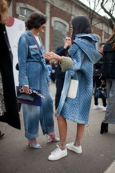 We just can't get enough of this denim on denim look, street style I thevanityprint Amo Jeans, Estilo Jeans, Look Jean, Denim Look, Denim On Denim, Distressed Denim, Milan Fashion Week Street Style, Milano Fashion Week, Fashion Weeks