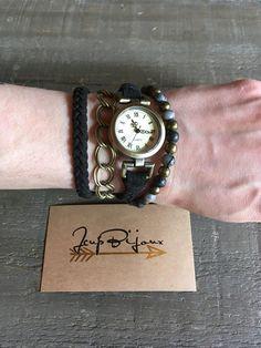 Montre bracelets femme, boho, à enrouler, deux tours, suèdine noir, pierres naturelles, chaine et cadran bronze. Ajustable avec chainette. Wood Watch, Bracelets, Watches, Bronze, Accessories, Etsy, Unique Jewelry, Natural Stones, Wristwatches
