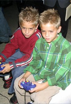 Red Dylan and Green Cole Dylan Sprouse, Sprouse Bros, Cole M Sprouse, Suit Life On Deck, Cody Martin, 50 First Dates, Old Disney Channel, Zack Y Cody, Cole Sprouse Jughead