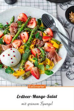 Saisonale Küche: Erdbeer-Mango-Salat mit grünem Spargel - kalorienarm - einfaches Gericht - So gesund ist das Rezept: 8,7/10 | Eine Rezeptidee von EAT SMARTER | Frühling, Frühlingsgerichte, Frühlingsrezepte, Frühlingsgemüse, Grüner Spargel Rezepte, Frühlingssalate, Spargelsalat, Salate mit Obst, sättigender Salat, Gemüsesalat, Erdbeer-Salat #salat #gesunderezepte Healthy Eating Habits, Healthy Snacks, Healthy Living, Mango Salat, Grilled Asparagus Recipes, Greens Recipe, Caprese Salad, Holiday Recipes, Quinoa