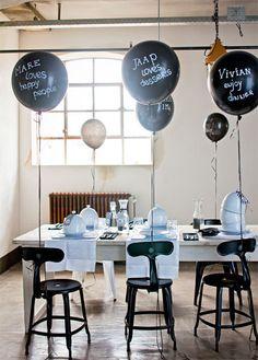 Leuk #DIY idee: beschrijf met helium gevulde ballonnen met krijtstift, bijvoorbeeld met een naam en kleine wens - via vtwonen #feest