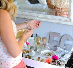 Emily Schuman (Cupcakes and Cashmere) Vanity Set Up, Vanity Area, Mirror Vanity, Tocador Vanity, Dresser Organization, Jewelry Organization, Perfume Organization, Jewelry Storage, Organization Ideas
