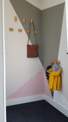 Basiskleur grijs/wit Vlakken in kleuren camouflage - oud roze - hard wit van Flexa. Kapstokelementen van Ikea New Room, Kids House, Mini, Home Decor, Pagan, Decoration Home, Room Decor, Home Interior Design, Home Decoration
