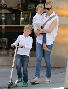 Kelly Rutherford spends time with children Helena and Hermes after vicious custody battle Kelly Rutherford Style, New York Weather, Gwen Stefani Style, Classic White Shirt, Love You Baby, Celebrity Kids, French Chic, Old Actress, Celebs