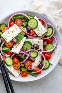 Classic Greek salad is easy to make with a handful of fresh and vibrant ingredients. Topped with feta, it comes together in10 minutes. Great for meal prep. Greek Salad Recipes, Healthy Salad Recipes, Raw Recipes, Healthy Foods, Healthy Life, Eating Raw, Healthy Eating, Traditional Greek Salad, Eating Clean
