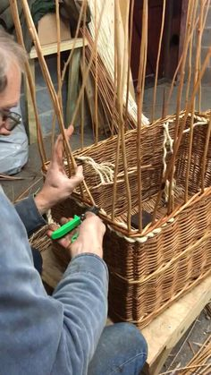 In this film Jonathan is bordering a rectangular basket using a 4 rod border with square corners Diy Home Crafts, Craft Stick Crafts, Basket Willow, Basket Weaving Patterns, Rectangular Baskets, Willow Weaving, Newspaper Crafts, Weaving Projects, Weaving Techniques