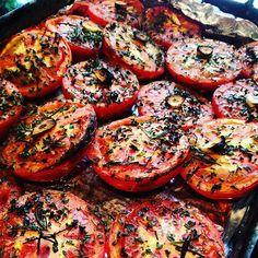 Tomates assados em ervas ao perfume de alho um dos itens da salada que o  #chefnascimento serviu no almoço Mesas da Toscana hoje na #vinhoearte.