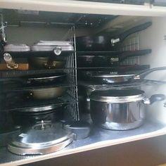 料理をしていてフライパンやお皿を取り出すとき、上にあるものを一度出さないと使いたいものが出せない。毎回面倒だなと思いつつ、なんとなくそのままにしていませんか?重ねる収納は、やりがちですが意外と使いづらいんです。重ねない収納で使いやすいキッチンにする方法を、ユーザーさんの実例とともにご紹介します。