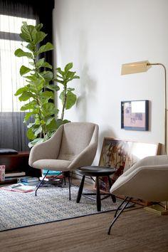 Toma asiento - AD España, © Marco Antonio Sillones de Martin Eisler y taburete de Sergio Rodrigues. El cuadro apoyado en el suelo es de Henrique Padilha.