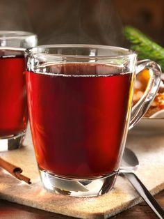 Klassischer Glühwein mit Rotwein, Orangen, Zitronen und Gewürzen – wärmt himmlisch an kalten Tagen. #Glühwein #Orangen #Zitronen #Gewürze #Rotwein #Punsch #Rezept
