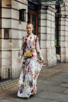 The Best Street Style Looks From London Fashion Week Fall 2020 Cool Street Fashion, 70s Fashion, London Fashion, Timeless Fashion, Fashion Looks, Autumn Street Style, Street Style Looks, Floral Maxi Dress, Dress Skirt
