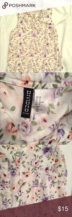 H&M Divided sleeveless blouse H&M Divided sleeveless blouse, pretty floral design, button down, good condition, perfect for spring and summer ! H&M Tops Blouses
