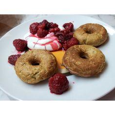 Ania @fitgeoania | Minidonuts de manzana con canela: hice harina con 1 taza de avena, por otro lado mezclé 1 huevo, 1 manzana rallada, esencia vainilla, stevia, canela y una cucharadita de semillas de chia. Le añadi la harina, remover y lista la masa! Huele la casa a tarta de manzana, ñam! La verdad es que ha sido fácil hacerlos, no hay percances que contar lo acompañé de queso quark y frambuesas descongeladas.