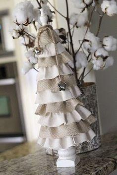 Лен, ткань из мешковины, пеньковая веревка — замечательные экологически чистые природные материалы, которые идеально подходят для стильного украшения дома.