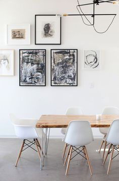 Combinación de sillas Eames y sillón Eames en la cabecera
