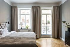 Appartement elegant a Stockholm 6 Curtains For Grey Walls, High Curtains, Gray Bedroom Walls, Bedroom Furniture Sets, Beige Walls, Home Bedroom, Beige Headboard, Grey Bedding, Murs Beiges