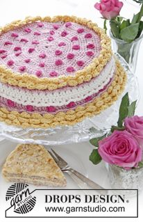 """Raspberry Dream - DROPS Valentine: Crochet DROPS cover for small cake lid with berries and cream in """"Muskat"""". - Free pattern by DROPS Design Crochet Cake, Crochet Food, Crochet Kitchen, Crochet Dolls, Drops Design, Crochet Gratis, Free Crochet, Fruits En Crochet, Knitting Patterns"""