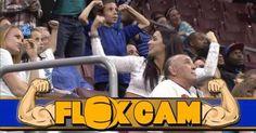 """Cuando un joven arrogante comenzó a mostrar sus músculos ante la """"Flex Cam"""", en un partido reciente de fútbol en el estadio del Philadelphia Soul, obtuvo más de lo que esperaba luego de demostrar su físico a una pareja de mujeres que se sentaba detrás de él. Cuando la cámara pasó a su alrededor, fue eclipsado instantáneamente por los músculos superiores de una de las damas que había intentado impresionar. No tuvo más opción que encogerse tristemente en su asiento mientras la mujer más fuerte…"""