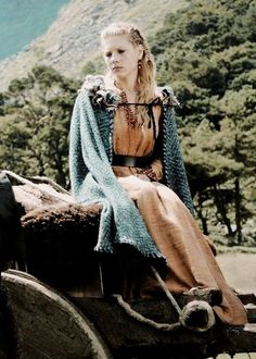 Lagertha, from The Vikings (legendary wife of Ragnar) she is fictional, written to be the perfect female Viking wife of the legendary Ragnar. Viking Men, Viking Life, Female Viking, Vikings Tv Series, Vikings Tv Show, Viking Dress, Viking Costume, Katheryn Winnick Vikings, Lagertha Lothbrok