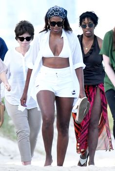 Samantha Lee/Splash News Michelle Obama Looks Ageless in White Bikini and Daisy Dukes During Beach Vacay with Malia Michelle Obama Quotes, Michelle Und Barack Obama, Barack Obama Family, Michelle Obama Fashion, Michelle Obama Bikini, Malia Obama Bikini, Obamas Family, Celebridades Fashion, American First Ladies