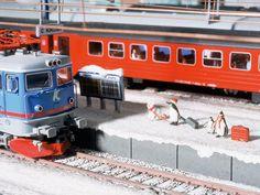 Winterurlauber warten auf ihren Zug im Bahnhof Kiruna.