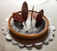 """Torta al cioccolato amaro di Pierre Hermé Ricetta •  30 Agosto 2017 Tarte au chocolat amer da """"Mes desserts au chocolat"""" Sono emozionata: """"Dolci d'autore"""" è il primo contest a cui partecipo. É una iniziativa importante per molte ragioni: innanzitutto, dovendo riprodurre"""