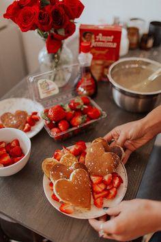 Be my Valentine (By Tezza) Valentines Breakfast, Valentines Day Food, Desayuno Romantico Ideas, Romantic Breakfast, Romantic Food, Decoration Buffet, Romantic Valentines Day Ideas, Food Platters, Kids Meals