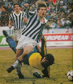 Juventus 2 Argentinos Juniors 2 p) in Dec 1985 in Tokyo. Michael Laudrup rounds Enrique Vidalle to make it on 90 minutes Juventus Fc, World Football, Sports Stars, Yesterday And Today, Champions League, Superstar, Athlete, The Past, Soccer