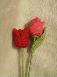 Tulipanes Amigurumi a Crochet - Patrón Gratis en Español - Versión en PDF aquí: http://hastaelmonyo.com/wp-content/uploads/2012/04/tulipan_hastaelmonyo.pdf
