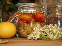 BAZOVÝ MED  10 bazových kvetov zbavených stoniek, chrobáčikov a mušiek, zalejeme v pohári medom a pridáme na kolieska pokrájaný citrón. Odložíme na 2 dni do chladničky, potom premiešame a precedíme cez hrubšie sitko, záclonovinu alebo mušelín a odložíme v pohári do chladničky. Med získa fantastickú bazovo-citrónovú arómu. Je vhodný do čaju ale aj do miešaných nápojov.