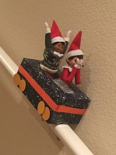 100 Hilarious Elf on the shelf ideas to cherish the sweet Smile on your Kid's Fa.- 100 Hilarious Elf on the shelf ideas to cherish the sweet Smile on your Kid's Face – Hike n Dip Christmas Activities, Christmas Traditions, Woody Und Buzz, Awesome Elf On The Shelf Ideas, Elf Auf Dem Regal, Elf Magic, Elf On The Self, Naughty Elf, Decoration Christmas