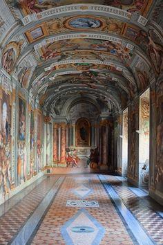 Roma, De extravagante plafondschilderingen van de Jezuïtische kerken Il Gesù en Sant'Ignazio di Loyola trekken dagelijks talloze bezoekers. Maar wat vaak niet iedereen weet is dat aan de kerk van Il Gesù kamers grenzen, die minstens zo interessant zijn om te bezoeken. Wie aanklopt bij Le Stanze di Sant'Ignazio moet wel Italiaans kunnen, óf handig zijn met handen en voeten, om de nonnen binnen uit te leggen dat je de prachtig beschilderde en knusse vertrekken wilt bekijken.