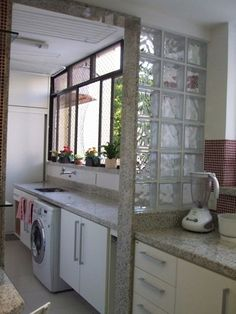 O acabamento também permite separar a cozinha da lavanderia - Ademilar Outdoor Laundry Rooms, Tiny Laundry Rooms, Laundry Room Design, Smelly Laundry, Dirty Kitchen, Country Kitchen, Interior Design Kitchen, Kitchen Decor, Interior Decorating