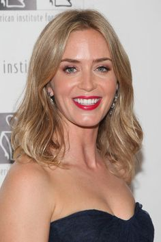 Emily Blunt A bright blond Emily Blunt curled her lobbed hair away from the face with a middle part for a red carpet event.