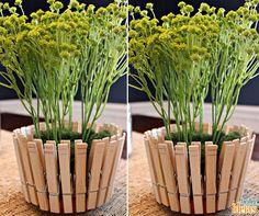 Uma ideia criativa que você pode fazer para incrementar seus vasos é colar grampos de pendurar roupas.Use cola instantânea ou quente para fixa-los nas laterais do vaso.