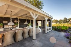 Atmospheric rural garden with a wooden roof and attractive garden furniture. Though historical with notion, Garden Room, Garden Spaces, Deck With Pergola, Outdoor Kitchen Design, Outdoor Rooms, Outdoor Kitchen Bars, Pool Houses, White Pergola, Garden Furniture