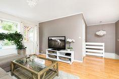 peinture salon grise - gris-clair-parquet-meuble-tv-blanc